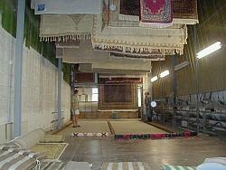 Teppiche werden nach der Wäsche getrocknet.