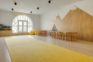 gelber Teppich im Kindergarten, sauber gewaschen